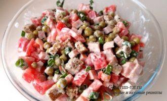 Легкий салат с сухариками и колбасой